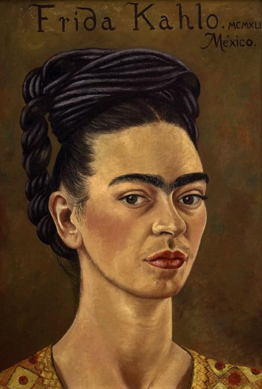 Frida Kahlo autorretrato con vestido rojo y dorado_1941_óleo sobre tela_courtesy of the Gelman Collection_©2015 Banco de México Diego Rivera & Frida Kahlo Museums Trust
