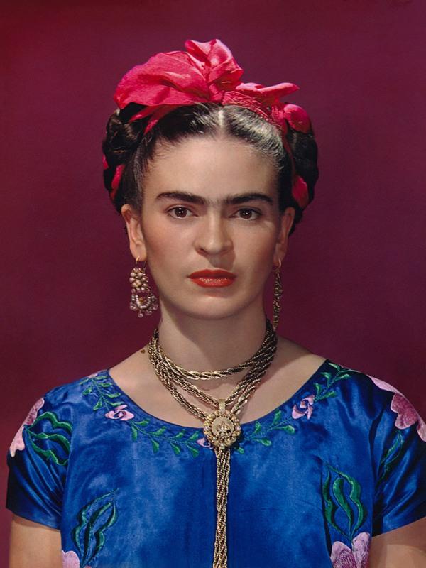 Nikolas Muray_Frida Kahlo en vestido azul_1939_Carbro print, Ed. 2de30_Courtesy the Gelman Collection, © Nickolas Muray Photo Archives