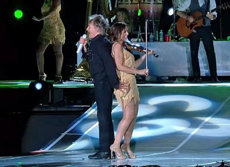 No palco, Stwaet chama a violinista para fazer presença no palco (Foto: Reprodução)