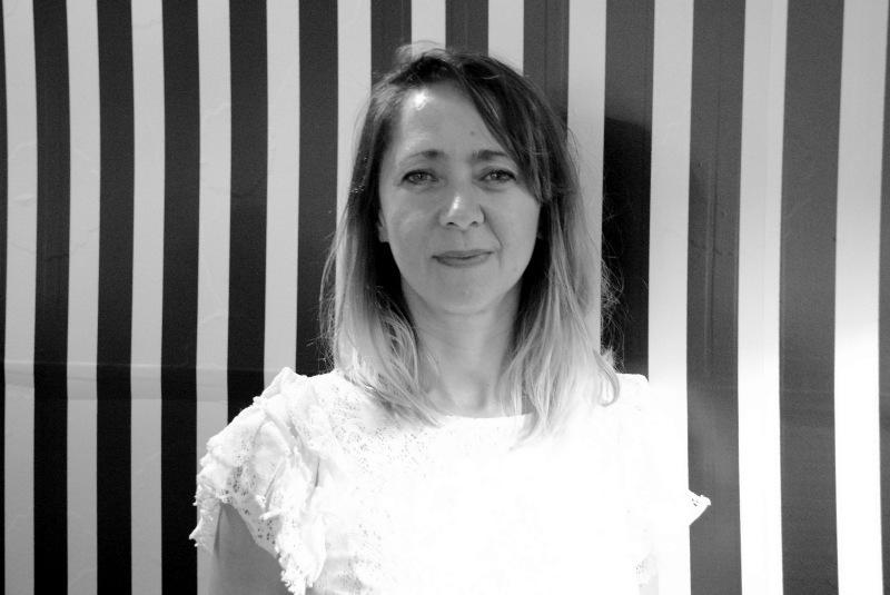 A artista plástica Isabel Peña compõe quadro vivo com o próprio corpo e o fundo