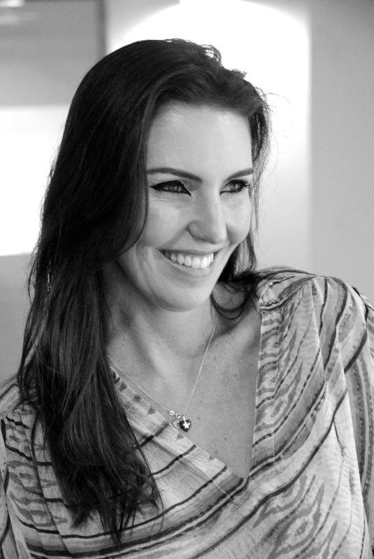 Projeto verão: Glenda Kozlowski exibe sorriso digno tanto das areias das bancadas jornalísticas