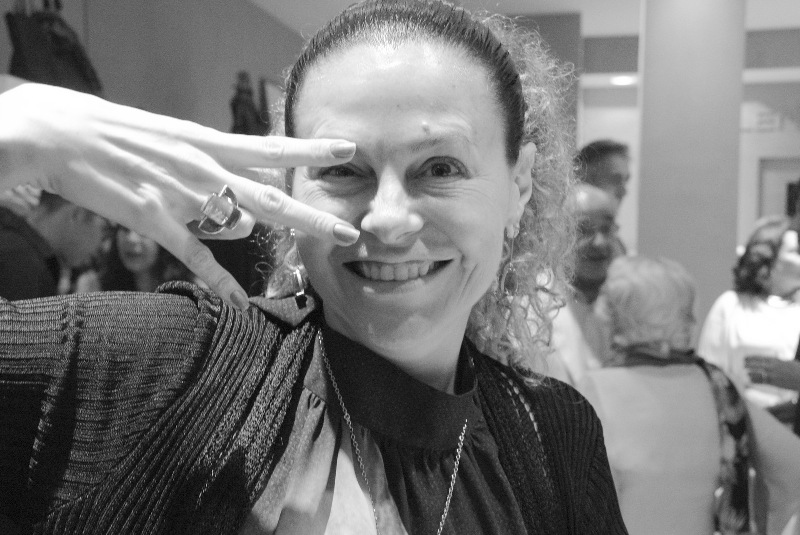 Yara Figueiredo incorpora a Mia Wallace (Uma Thurman) de Pulp Fiction