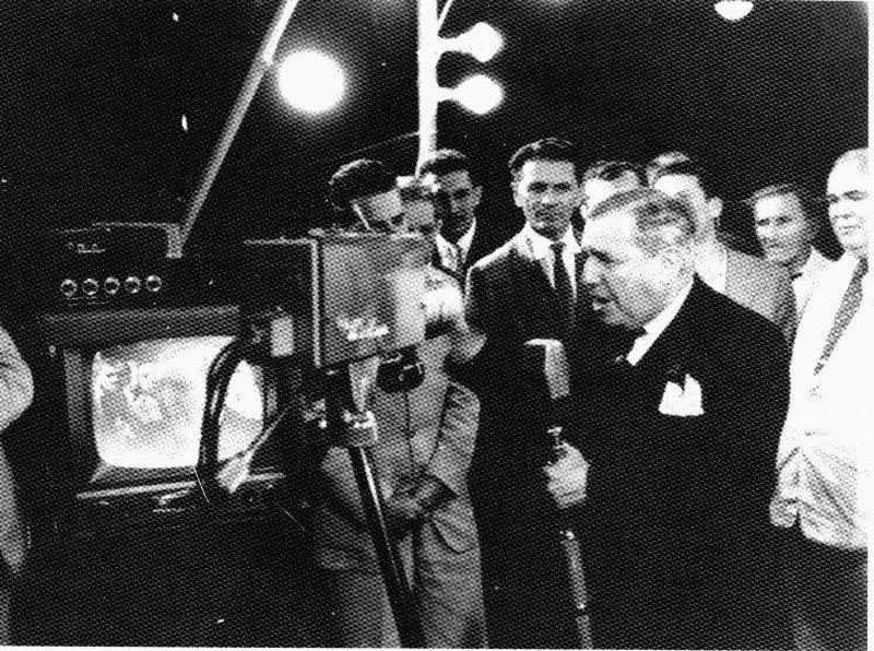Assis Chateaubriand na inauguração da TV Tupi: um dos homens mais influentes do Brasil no Século XX, o dono de um império da comunicação é retratado no longo com liberdade artística (Foto: Reprodução)
