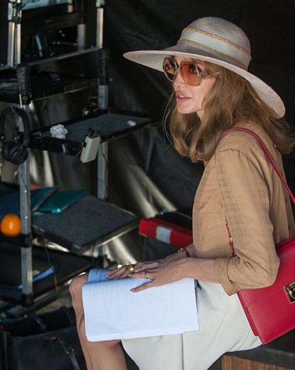 """Poderosa, Angelina assumiu quatro funções em """"À beira-mar"""": roteirista, diretora, produtora e protagonista. Como ela consegue olhar pelo visor da câmera com esses gigantescos óculos vintage Yves Saint-Laurent dos anos 1970? (Foto: People / Reprodução)"""