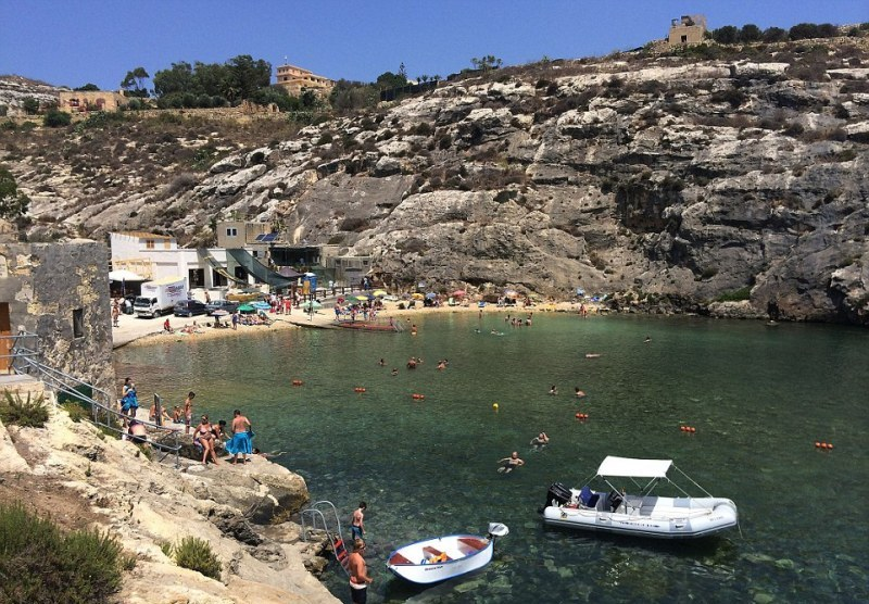 """A baía de Mgarr ix-Ximi, na parte norte da ilha de Gozo, no arquipélago que forma a República de Malta, foi fechada aos turistas durante a produção de """"À beira-mar"""", além de ser cenografada com novas edificações para atender ao roteiro de Angelina Jolie (Foto: Divulgação)"""