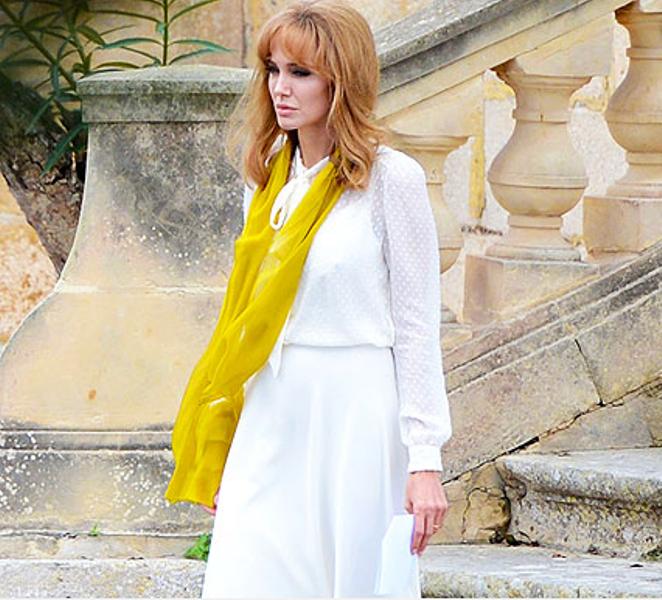 """Em """"À beira-mar"""", a personagem Vanessa (Jolie), embora tenha perdido a vontade de viver, aparece sempre impecavelmente vestida com looks leves e esvoaçantes que marcaram a volta ao classicismo no início dos anos 1970 sob o império de Yves Saint-Laurent (Foto: Reprodução)"""