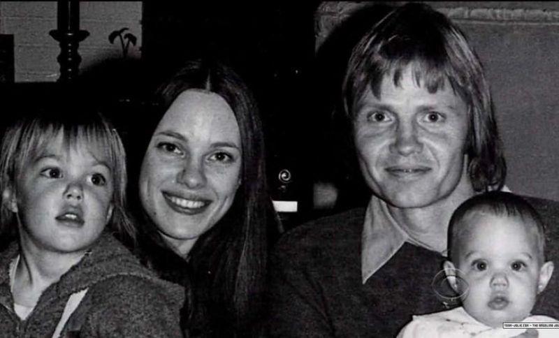 O casamento de Marcheline Bertrand com Jon Voight durou só cinco anos (1971-1976). Da união nasceram James Voight e Angelina Jolie (à direita), ambos levados para o cinema por influência dos pais (Foto: Reprodução)
