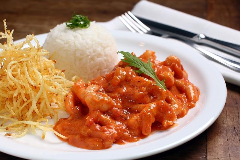 Estrogonofe de camarão com batata palha e arroz de jasmin