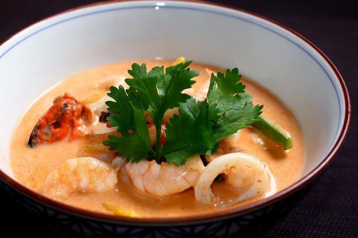 Sawasdee_Caldeirada de frutos do mar ao leite de coco e curry vermelho_crédito Thiago Sodré