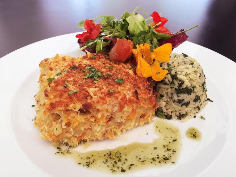 Cota 200 Restaurante_Bacalhau Espiritual cremoso, gratinado e servido com arroz de brócolis e salada verde_Divulgação