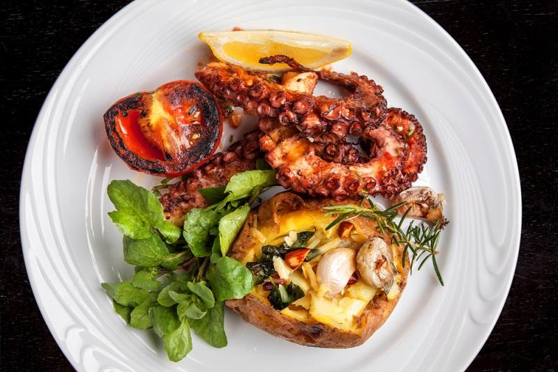 prazeres da carne final Cortés_Polvo_mini agrião e batata ao murro, com alho confit, no azeite de paprica, tomate e ervas_Credito Marcelo Ferreira_resize