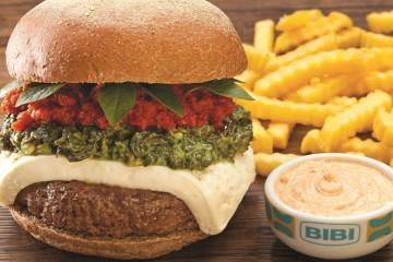 Bibi Sucos_Hambúrguer de costela 200g com queijo minas, creme de espinafre, pesto de tomate seco e manjericão_crédito Ph Studio_2