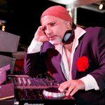 No Baile do Copa, o DJ Papagaio incorporou um gipsy king e pôs a rapaziada para dançar na pista armada da varanda ao som de ritmos variados (Fotos de Miguel Sá e Bruno Ryfer / Divulgação)